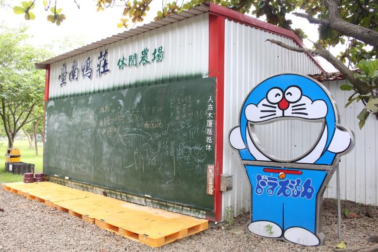 苏老板搬来别人不要的黑板,任小朋友自由涂鸦。