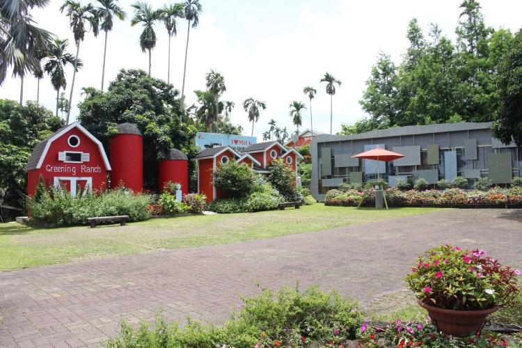 绿盈牧场的迎宾花园百花齐放,红色建筑内有乾坤,看不出它是洗手间吧!
