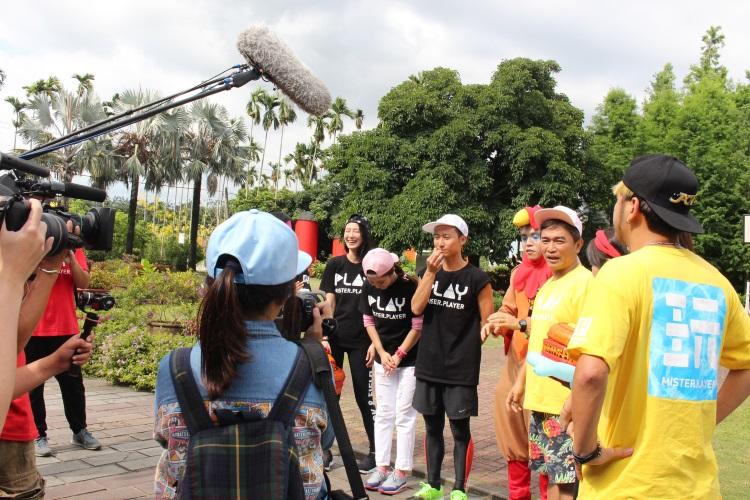 台湾综艺节目《综艺玩很大》制作团队及数名台湾艺人在绿盈牧场取景录制节目,吸引不少人围观。