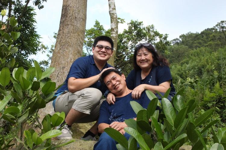 :左起为卓家小儿子卓子络、卓老板卓铭榜及太太郑美淑开心合影,洋溢一家幸福和乐的气息。