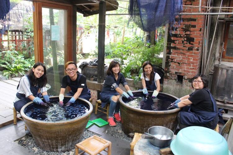 马来西亚就是爱台湾休闲农场媒体团记者享受蓝染体验。