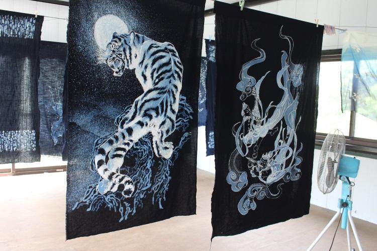 蓝染是一门艺术,可在布上染绘出多种图案。左为卓子络栩栩如生的白虎图案蓝染杰作。