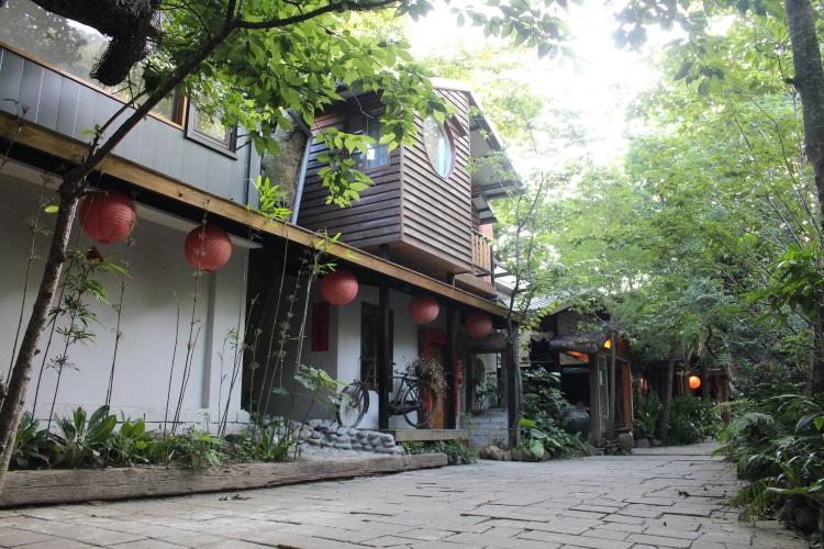 建筑挂上红灯笼,贴春联,在四处树木的环境中散发古朴典雅的气息。