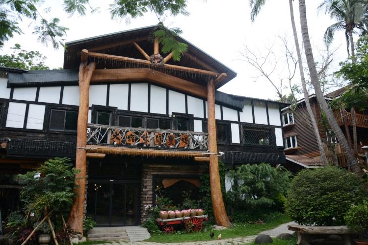 用桧木及原木打造的房屋有着乡村的自然气息。