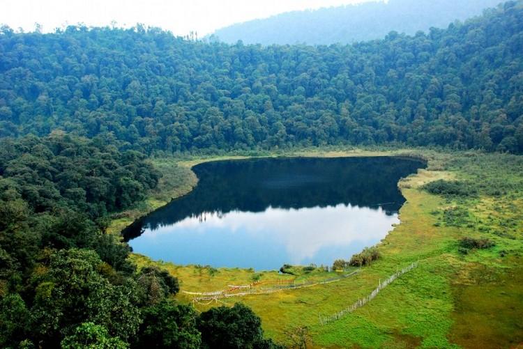 5. 度母湖(锡金) 位于距离甘托克147公里处的度母湖,是佛教和印度教的圣湖,是一个满载神话的湖泊。湖泊环绕在青草绿荫之中,却没有一片叶子漂浮在湖面上。据说那是因为在这里生息的鸟类也懂得度母爱结晶,会在落叶飘到水面上时,把落叶衔走。