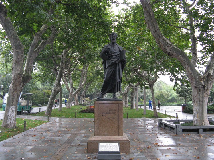 """在中国杭州的马可波罗像,他认为杭州是绝美优雅的城市,如同中国一句:上有天堂,下游苏杭""""产生相呼应。"""