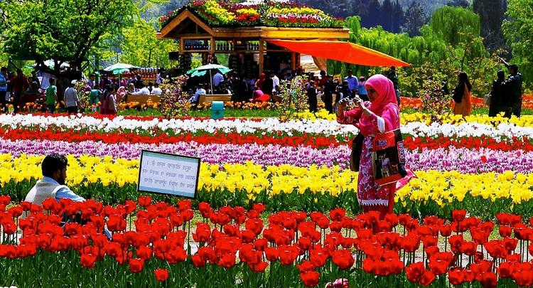 9. 莫卧尔花园 (斯利那加) 英国建筑师路特恩斯在1911年至1931年,透过传统的绘画学习和当地的花园研究,成功将英国花园特色和规则式充分结合,造就出莫卧尔,这个由三个个别部分而组成的美丽花园。每年的春季,这里都会开满各式各样的美丽花草,招徕各国游客前来参观。