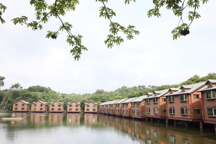 充满了欧式风情的湖泊水上度假原木屋更