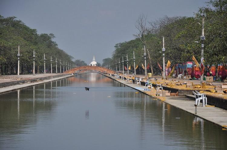 运河是圣园里的轴心,河岸两旁岸柳成荫,风光明媚。