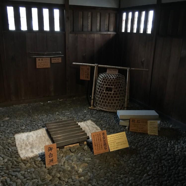 现场还展示着各种刑具。