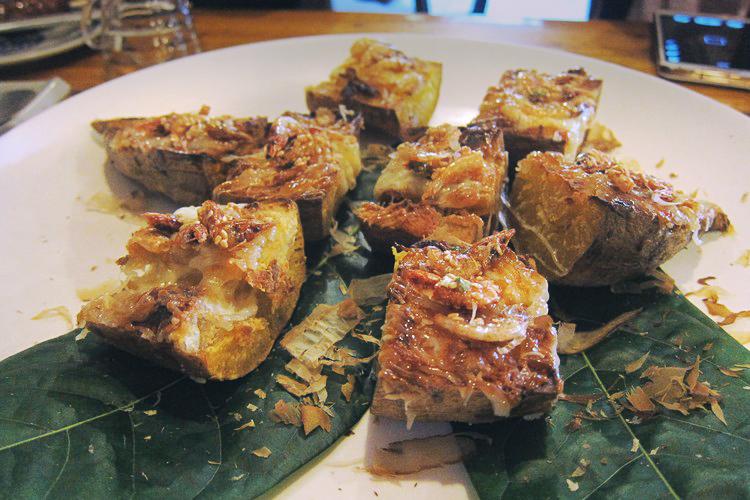 樱花虾焗烤地瓜 樱花虾和番薯,透过特调酱料和焗烤方式完美融合,入口时,外层有些酥脆感,侵袭味蕾的是一股烤香,然后完全不刺口的樱花虾鲜香随之而来。待你轻咬下去后,绵密且非常甘甜的番薯泥,与香口的外层在嘴里相伴,满嘴鲜鲜甜甜,是种幸福的滋味!