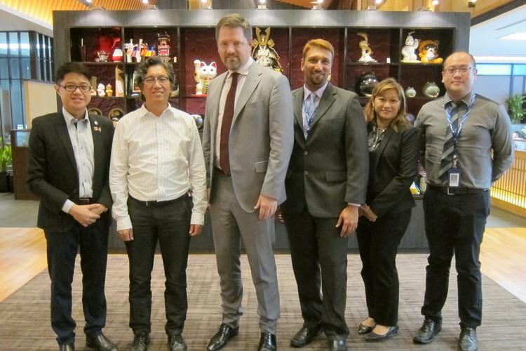 马航首席商务员(Arved Von Zur Muehlen)及诸位要员:(右三)、各户经理兼销售顾问-Sofia Mohamed Ariff(右二)、商业客户经理-Desmond Chin(右一),与蘋果集团董事经理拿督斯里许育兴(Koh san)及蘋果101执行董事- 黄引辉(左一)留影。