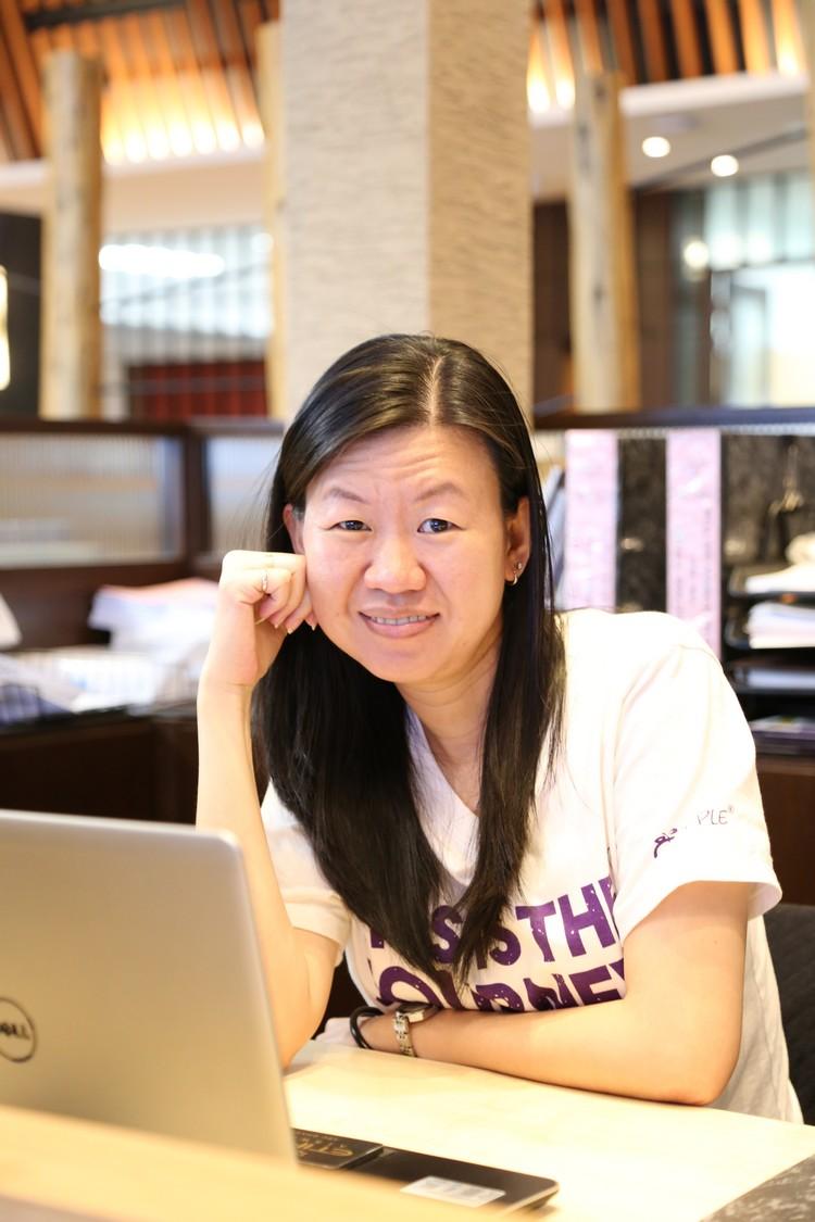 Connie Chua, MICE: 记得一次带中国团时,适逢旺季, 顾客在餐厅吃饭时,我们还得帮忙去厨房抢菜,顾客才可以及时在用餐时间用膳, 我和导游也因为抢菜所以没时间吃东西。 客人看到我们的辛苦,他们吃完走后除了给予我们赞赏,还买小吃给我们吃, 那时觉得超有满足感的。