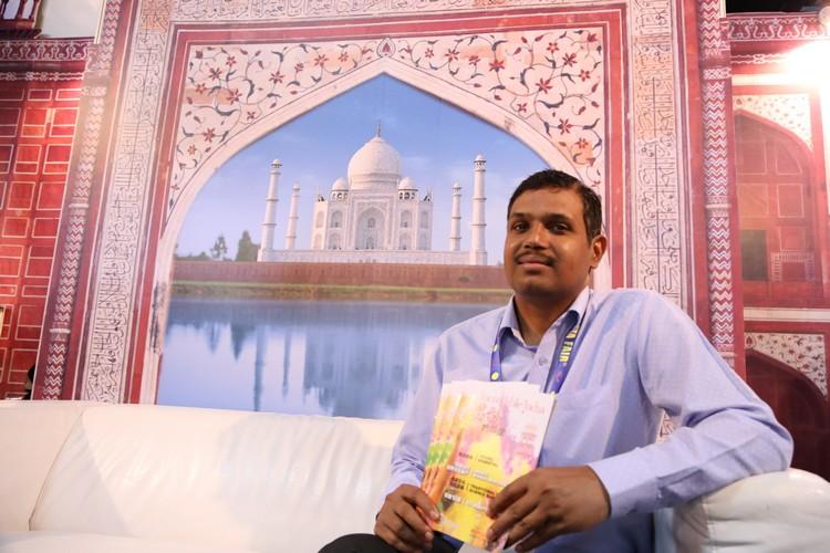 印度旅游局副总监 苏曼(R. K. Suman)手握着Apple 101 最新出版的《不可思议的印度》。