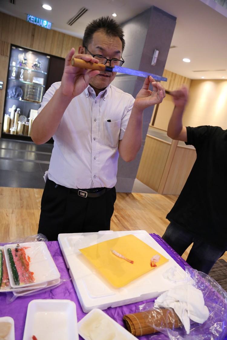 接下来,他向蘋果人展示一把长尺般的寿司刀(Tokobiki 蛸引),并指出今天的海产都由此到开刃!