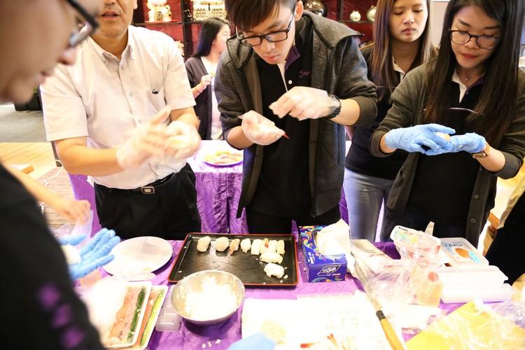 山本 刚都一直随即在旁,指导各位捏饭团的份量、手势和力道。