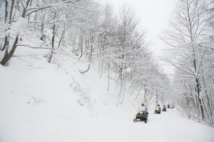 在白雪上骑着雪上摩托畅快奔驰,是旅游北海道不可错过、刺激又好玩活动!