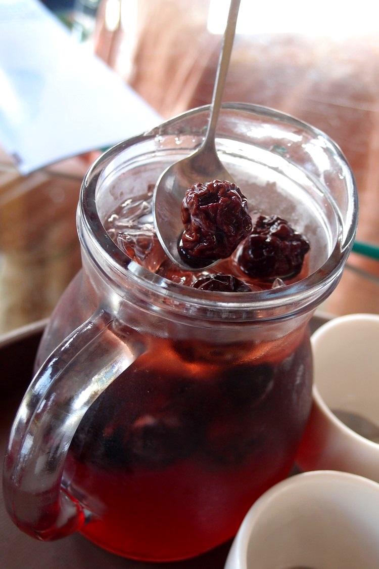 李子醸,带有自然发酵而成的酒精成分,靠近杯口时能闻到淡淡酒气,夏季消暑饮品!