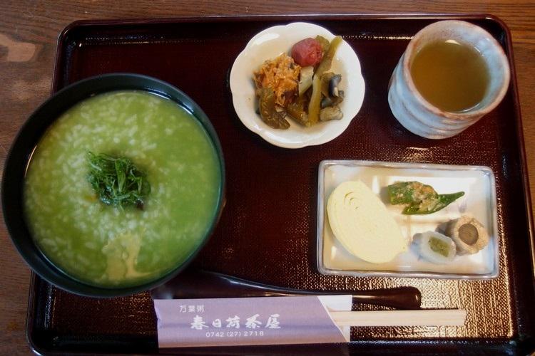 """趁着夏天,7-8月份的""""万叶粥""""是薄茶冷粥,主要走清凉爽口的路线。"""