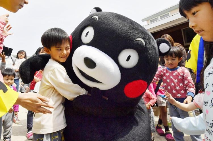 广受日本市民喜爱的熊本熊,除了外形上的可爱,还是一股温暖的正能量。