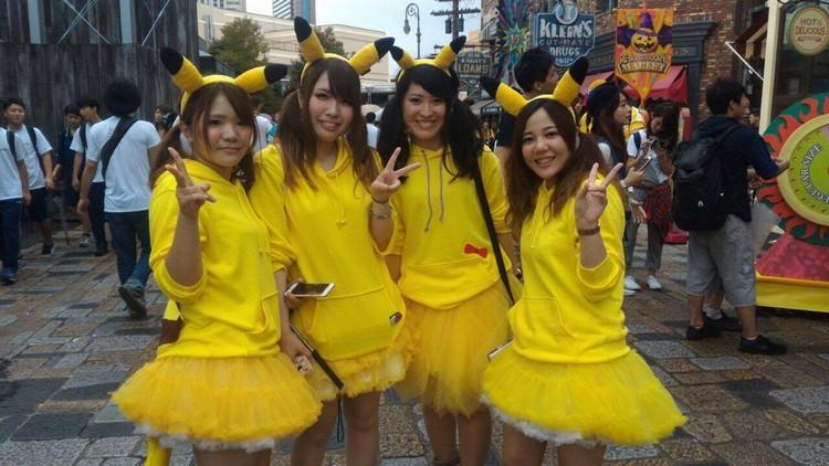 《精灵宝可梦G O 》游戏席捲全球,来到日本不用玩游戏,都可以看到真人版比卡丘。