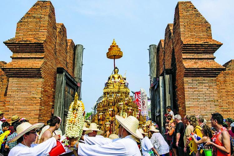 泰国人以相互泼水来庆祝他们的新年,象征除旧布新的意味,但根据传统,他们会前去佛寺,在佛像上洒水以示祈祷。