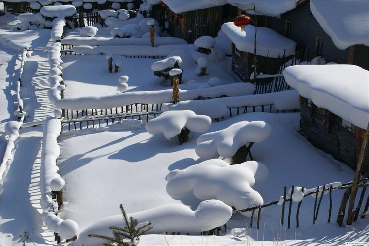 这里的雪质好,粘度高,冬季时积雪期长达七7个月,打从10月至次年5月就开始逐渐积雪并会一直累积到来年3月,使积雪厚度年均达2公尺,堪称中国之最。