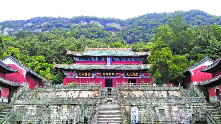 紫霄殿是紫霄宫内的主角,是武当山最有代表性的木构建筑,庄严华丽。
