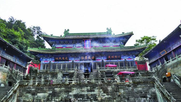 坐落于南岩胜境,袅袅香火围绕着巍峨雄伟的玄帝殿。