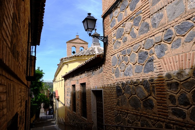 托雷多作为西班牙的首都,比马德里的时间更久,每一段历史,都可以从城市各个狭窄的角落寻获。