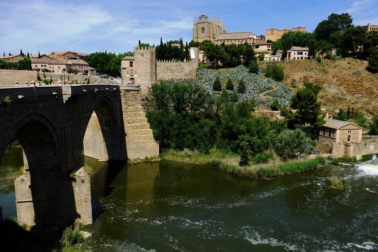 圣马丁桥古意盎然的拱桥,见证了千年古城变幻莫测的历史气息和无数的悲欢离合。