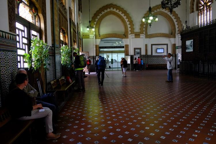 华丽的托雷多火车站Estación de Toledo是一座Neo-Mudéjar风格建筑。Mudéjar指的是摩尔人,也就是西班牙基督教国家复国后所留下来的穆斯林。