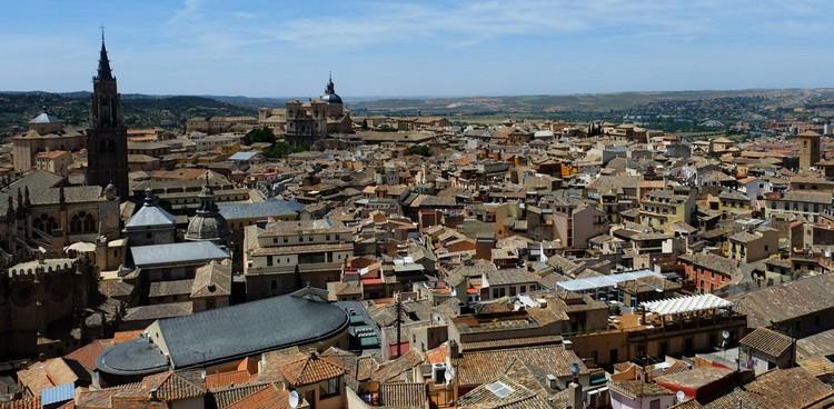 托雷多沿着太加斯河Rio Tajo而建,从远处望去便是大教堂的塔尖,透出古城的庄严。