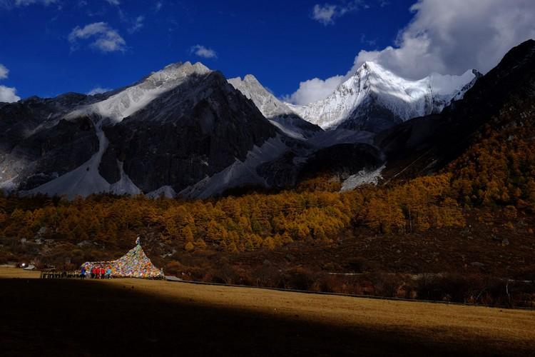 在洛绒牛场也可近距离欣赏夏诺多吉神山。