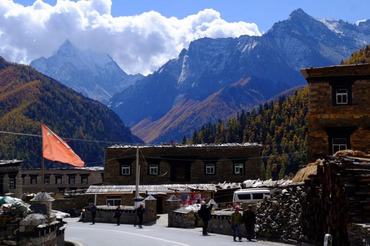 入住群山围绕的亚丁村。