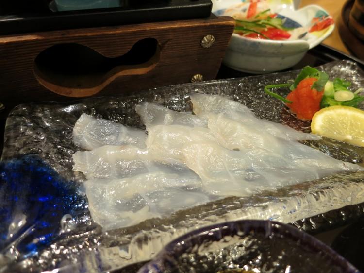 晶莹剔透的河豚刺身,赏心悦目。