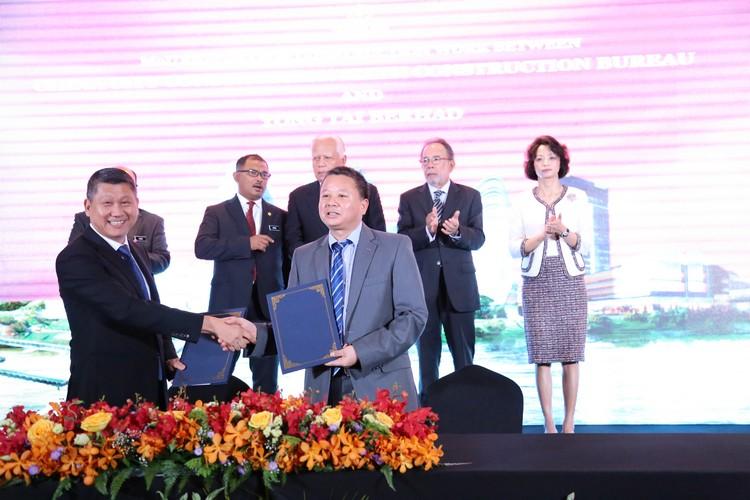YTB 印象私人有限公司执行董事-拿督斯里李益辉太平绅士 与 中城建第六工程局集团董事长-林秀才签署备忘录。