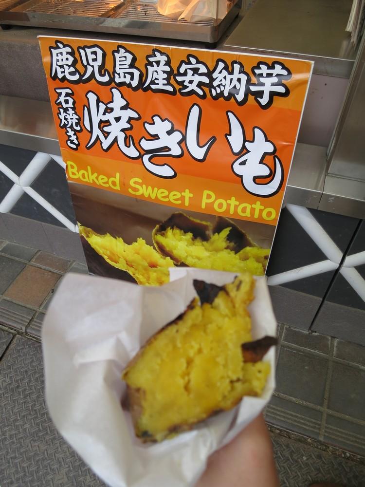 在大阪城看到的烤番薯摊位,完全没有犹豫地排队购买,而其味道也没有让我们失望。