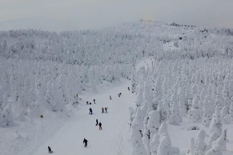 有人可在雪怪旁滑雪玩乐。