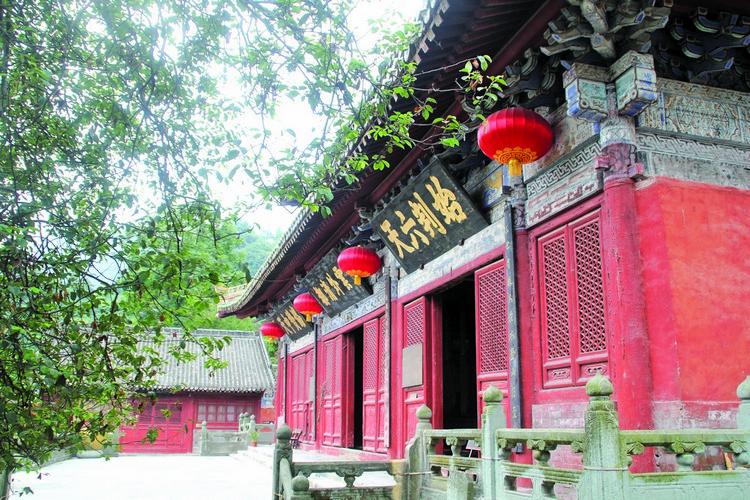 紫霄宫;里的建筑琼楼玉宇,更营造出和谐恬静的氛围。