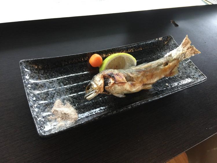 盐烤香鱼 鱼肉部分,当年的香瓜味儿不甚明显,但冷水溪流鱼类鱼肉上的特有鲜甜,在恰到好处的盐提味下却毫无保留的展现。
