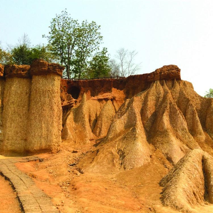 各种被风化而形成的独特泥柱,蔚为奇观。