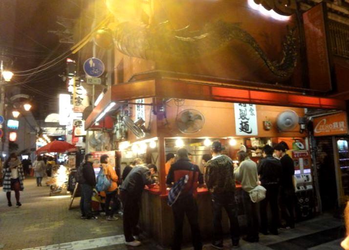 """这是位于大阪心斋桥的一间""""金龙""""拉面店铺,可让你体验站着吃的滋味!"""