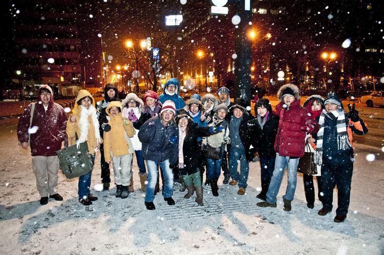 然后冒着纷飞白雪,和亲友一同在商店街闲逛!