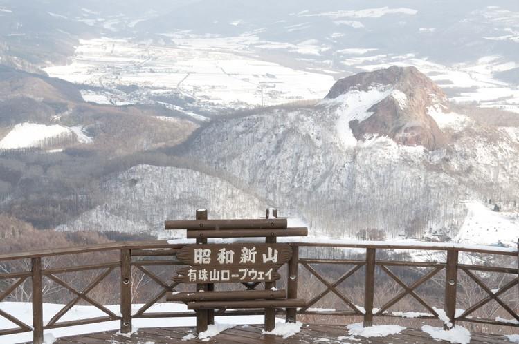 在白雪的拥簇下,昭和新山还真的像一个嗷嗷待哺的小宝宝。