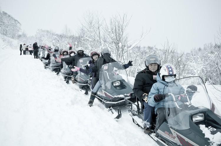 刺激好玩的雪上摩托车,让你感受在雪上奔驰的快感!