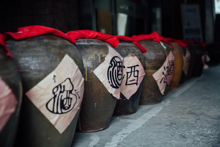 在艺术家的妙笔下,老旧的酒桶变成了美丽的艺术品。