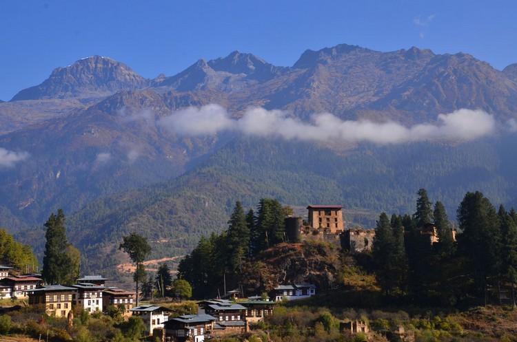遥望 Drukgyel Dzong。