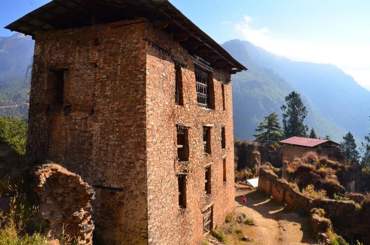 站在 Drukgyel Dzong 的高处。