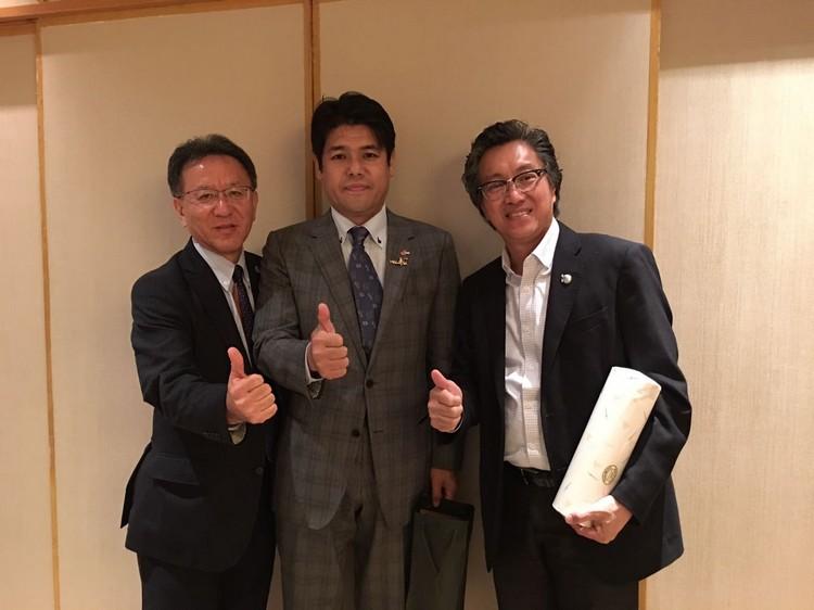 鸟取两位要员与蘋果集团董事经理拿督斯里许育兴- Koh san 也趁机会面,针对推广鸟取观光进行商讨及交流意见。